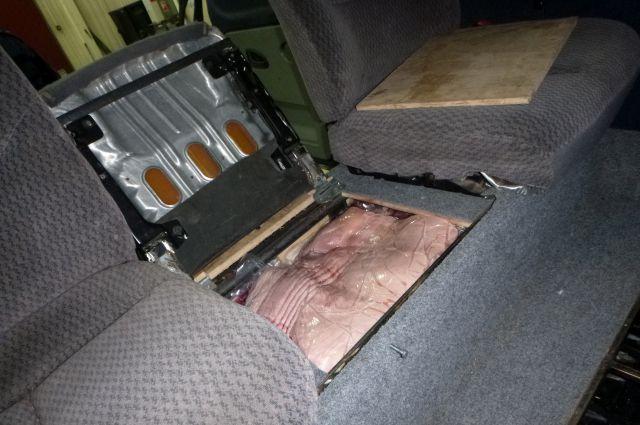 2,5 тонны мяса из Польши пытались провезти калининградцы в тайниках машин.