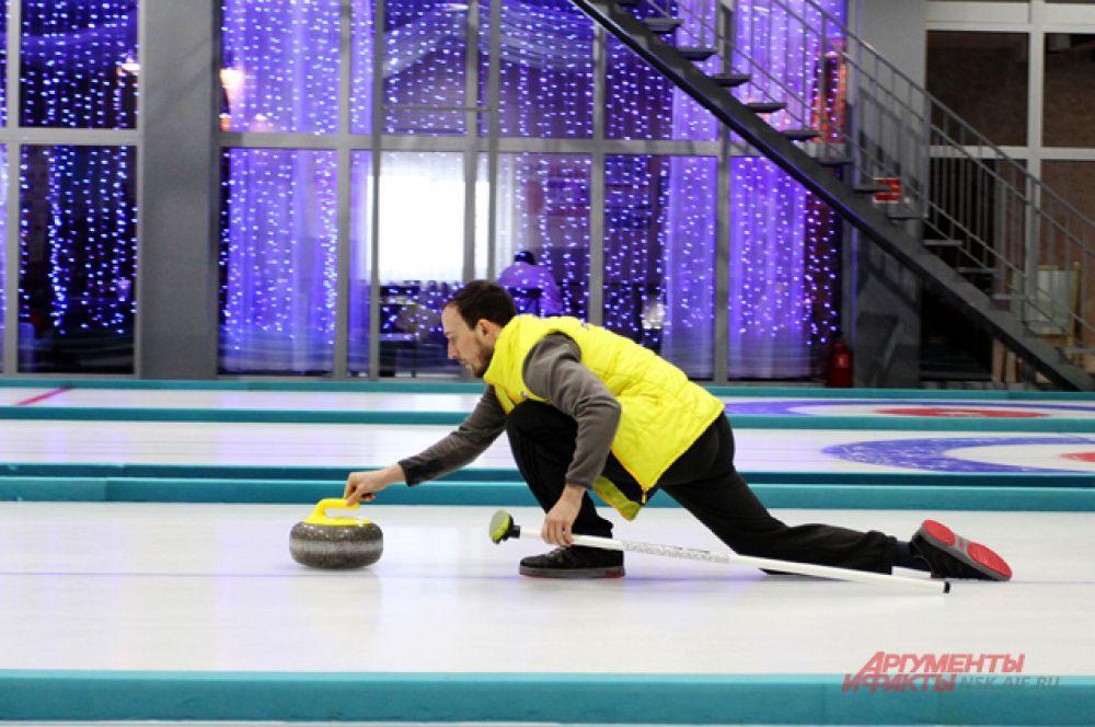 У спортсменов специальная скользаящая подошва на ботинках, которая помогает делать точный бросок и не тормозить камень.