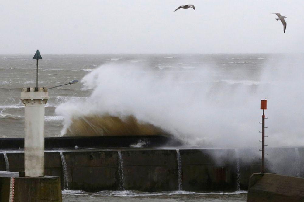 Огромные волны в гавани городка Порник во Франции.