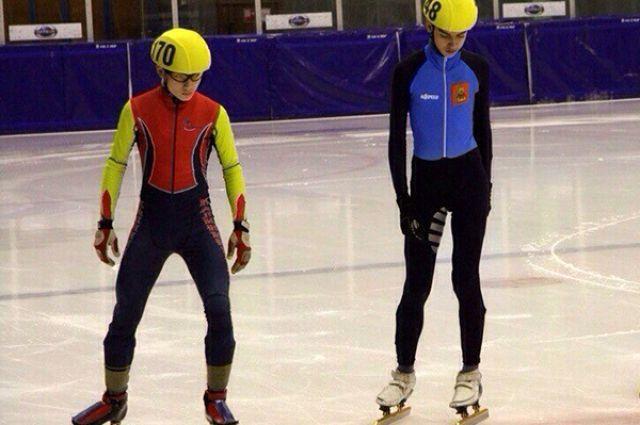 Калининградец Сергей Рятсен (на фото слева) стал третьим на международных соревнованиях по шорт-треку.