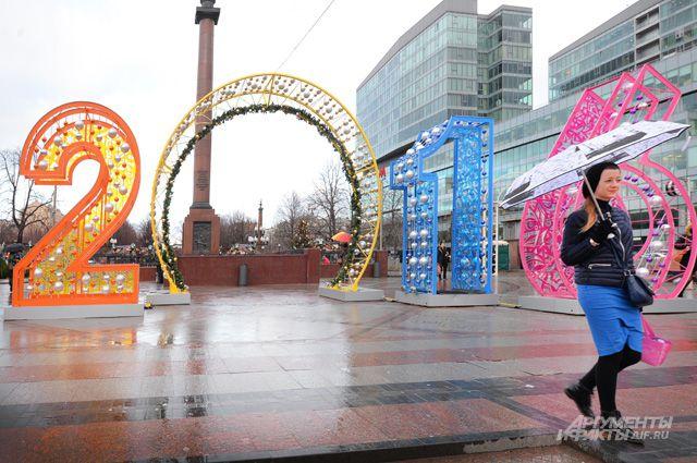Бывают дни, когда Москва попадает в ледяной плен, и тогда без реагентов не обойтись.