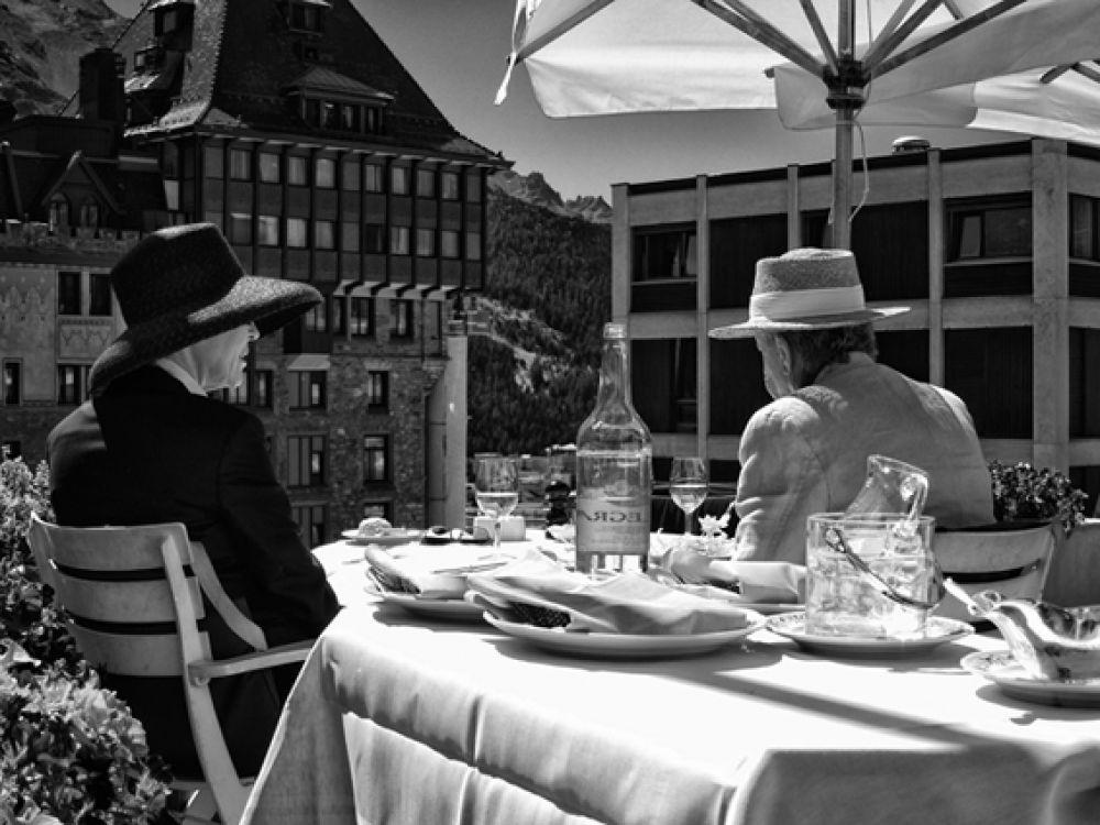 Ян Белински. Пара за обедом. Санкт-Мориц, Швейцария. 2011. Архивный пигментный отпечаток на бумаге Fine Art. Собственность автора
