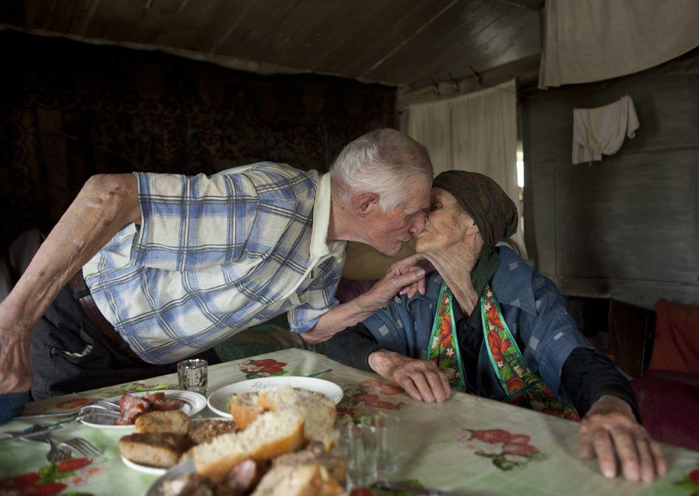 Станица Трехостровская. Последняя встреча брата и сестры. 90-летней казачки, героини этого фото, уже нет в живых