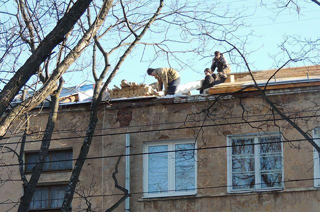 Даже в феврале несколько домов на проспекте Ленина в Ярославле стоят с открытыми крышами.