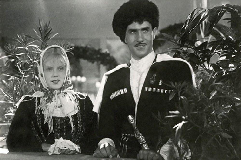 С Мариной Ладыниной в фильме «Свинарка и пастух», 1941 год. Образ пастуха Мусаиба Гатуева, влюбленного в свинарку Дашу Новикову,  стал для актёра знаковым.