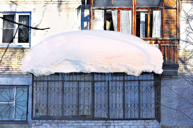 Крыша едет. дома наюжном урале невыдерживают натиска снега.