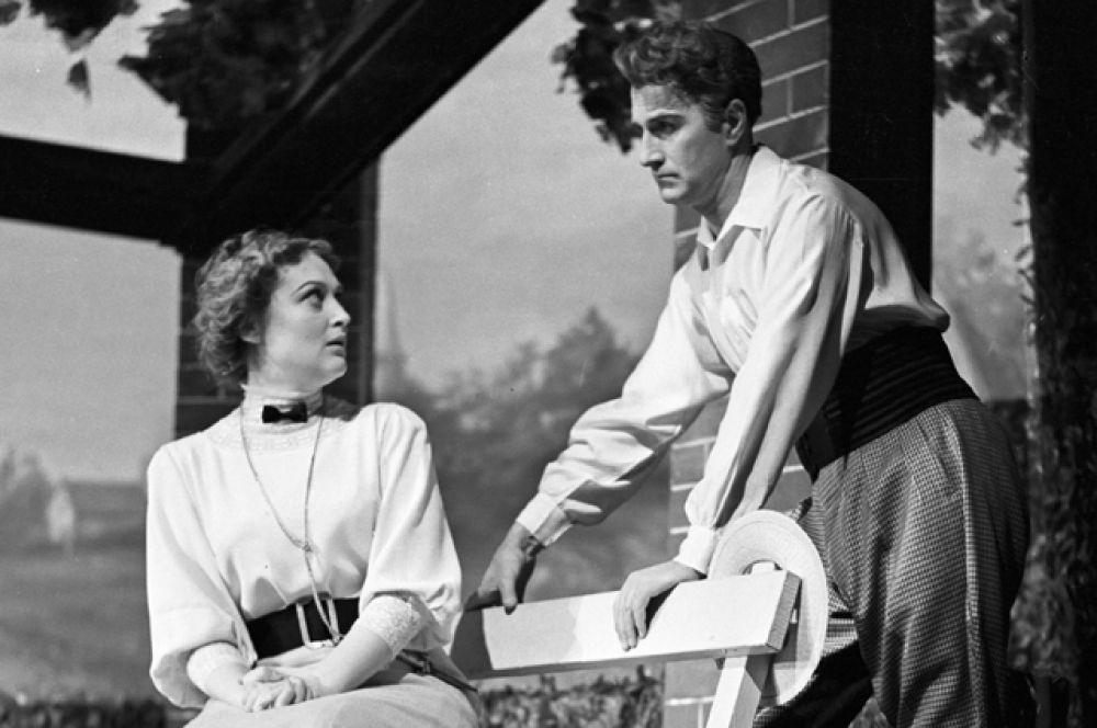 С Екатериной Кудрявцевой в спектакле «Профессия миссис Уоррен» по пьесе Бернарда Шоу, 1956 год.
