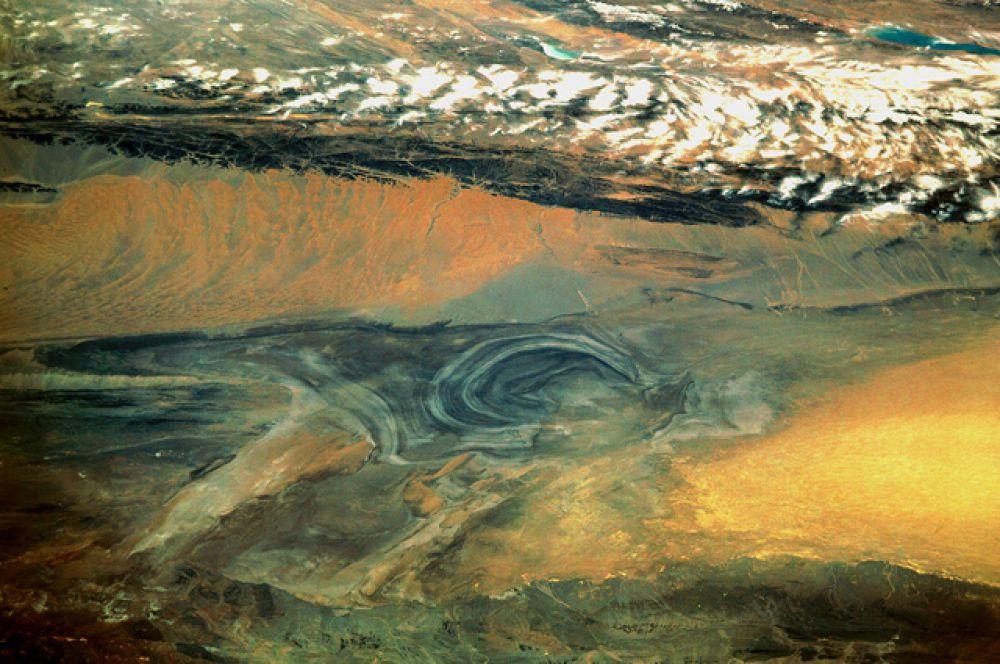 Лобнор — высохшее солёное озеро на западе Китая на высоте около 780 метров выше уровня моря. Некогда являясь крупным солёным озером, как и Аральское море, Лобнор постепенно уменьшалось и засолонялось вследствие хозяйственной деятельности человека.