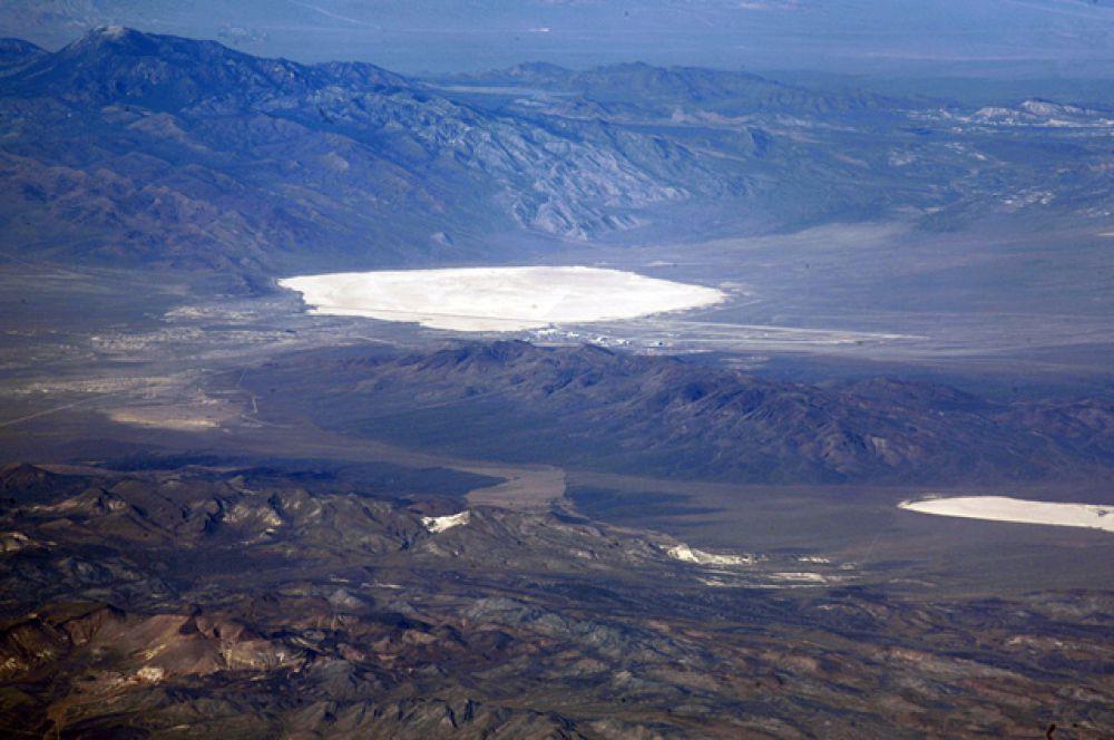 Грум-Лейк — высохшее солевое озеро в США, на юге штата Невада. На нём располагаются взлётно-посадочные полосы тестовой площадки бомбардировочного полигона авиабазы Неллис, более известной как Зона 51.