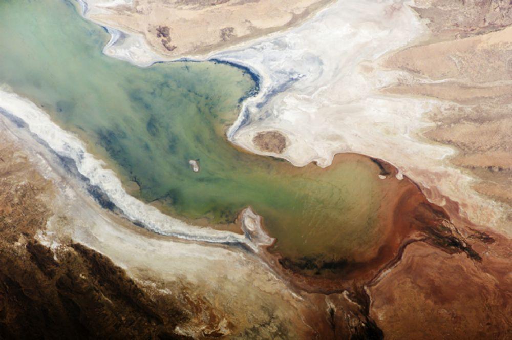Солёное озеро Поопо в Боливии расположено на плоскогорье Альтиплано на высоте в 3700 метров над уровнем моря в 130 км от боливийского города Оруро. Снимок 2013 года.