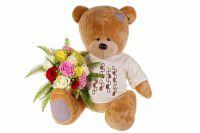 Букетик цветов в лапах плюшевого медведя должен быть аккуратным и не очень дорогим.