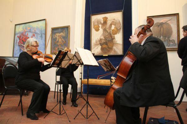 Музыка струн чудесно гармонировала с музыкой красок
