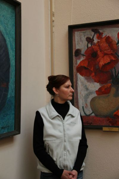 Это только на вид музейный смотритель строга - на самом деле она сосредоточенно созерцает прекрасное