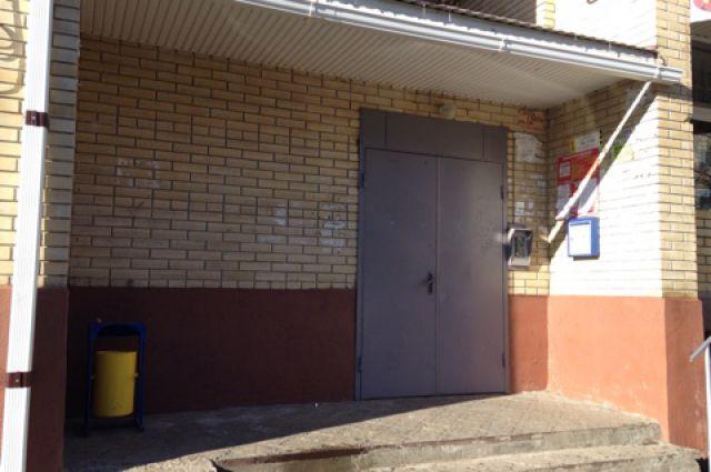 Водосток на козырьке избавил жильцов дома от опасных наледей на ступеньках.