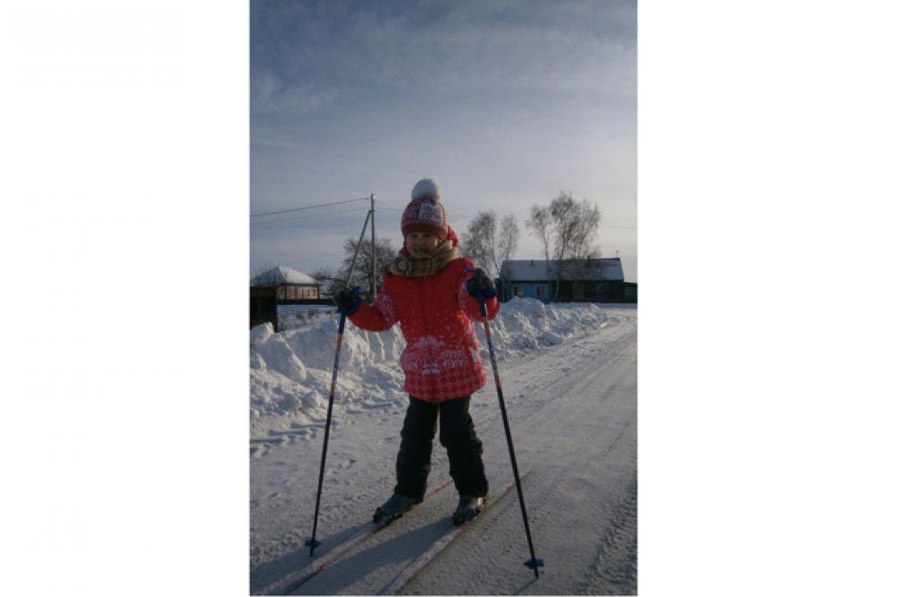 Участник №9.Анастасия Никитина, 8 лет. В зимний день я не скучаю: Быстро лыжи надеваю, В руки я беру две палки, С ветром играю в салки!