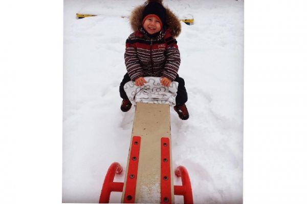 Участник №15. Семен Александров. В этом году мы первый раз осознано гуляем зимой, изучаем снег, стали понимать, что такое холод. Лепим снеговика, катаемся с горки. Очень весело!