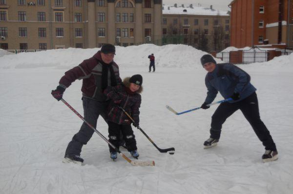 Участник №14. Иван Барышев. Мой папа со своими друзьями часто играет в хоккей! В этот день он взял меня с собой! Мы играли на катке возле СГУПС!