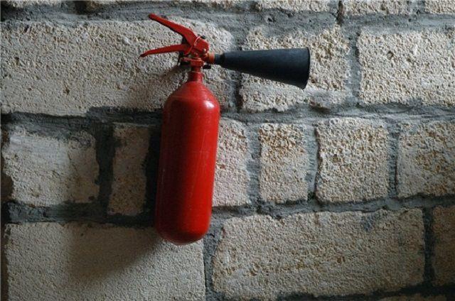 По предварительной версии, незадолго до взрыва молодой мужчина распиливал старый баллон огнетушителя.