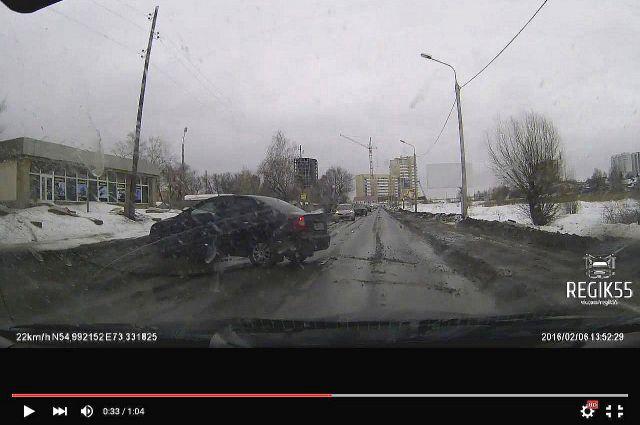 Машину занесло на скользкой дороге.