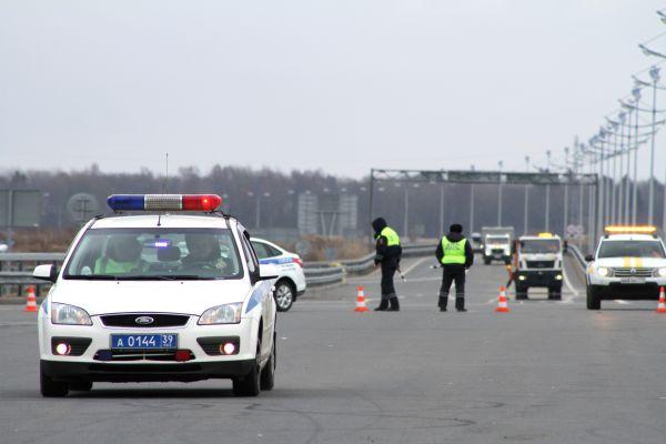 Первыми на место происшествия прибыли сотрудники ГИБДД, их задача совместно с дорожными службами  оградить место ДТП и организовать регулирование движения по временной схеме.