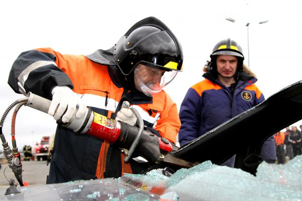 Оценив ситуацию, сотрудники МЧС незамедлительно приступили к деблокировке пострадавших и ликвидации возгорания.