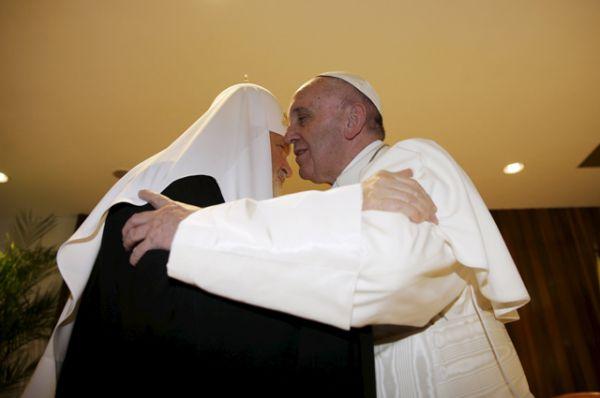 Предстоятели крупнейших Церквей мира поцеловались и вместе сфотографировались.