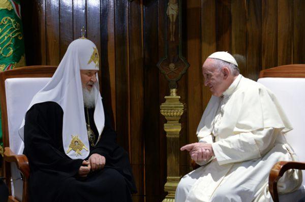 Патриарх Московский и всея Руси Кирилл и Папа Римский Франциск во время встречи в международном аэропорту имени Хосе Марти в Гаване.