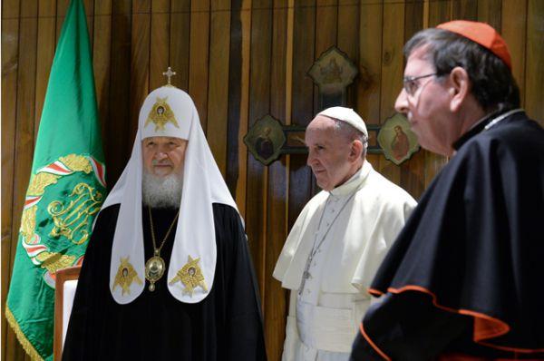 Патриарх Московский и всея Руси Кирилл и Папа Римский Франциск в Гаване. Справа - руководитель Папского совета по содействию христианскому единству кардинал Курт Кох.