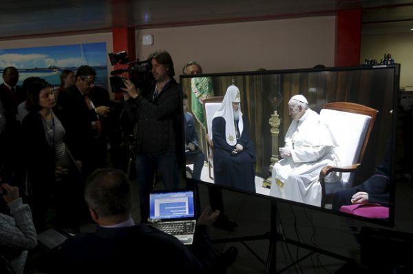 Технические неполадки помешали трансляции встречи папы и патриарха. Из-за сбоя журналисты пропустили слова приветствий, которыми обменялись первоиерархи.