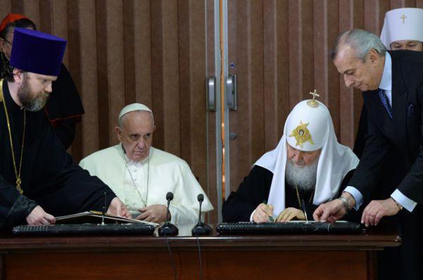Патриарх Кирилл и Папа Римский Франциск подписали совместную декларацию.