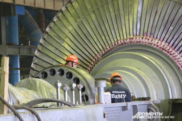 Инженеры ведут наладку ядерного реактора.