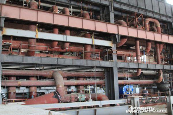 Система труб окружает ядерный реактор.
