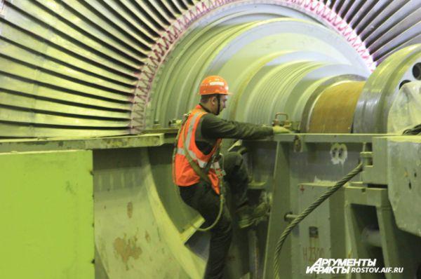 Специалисты на реакторе работают со страховкой, так как узел находится на большой высоте.