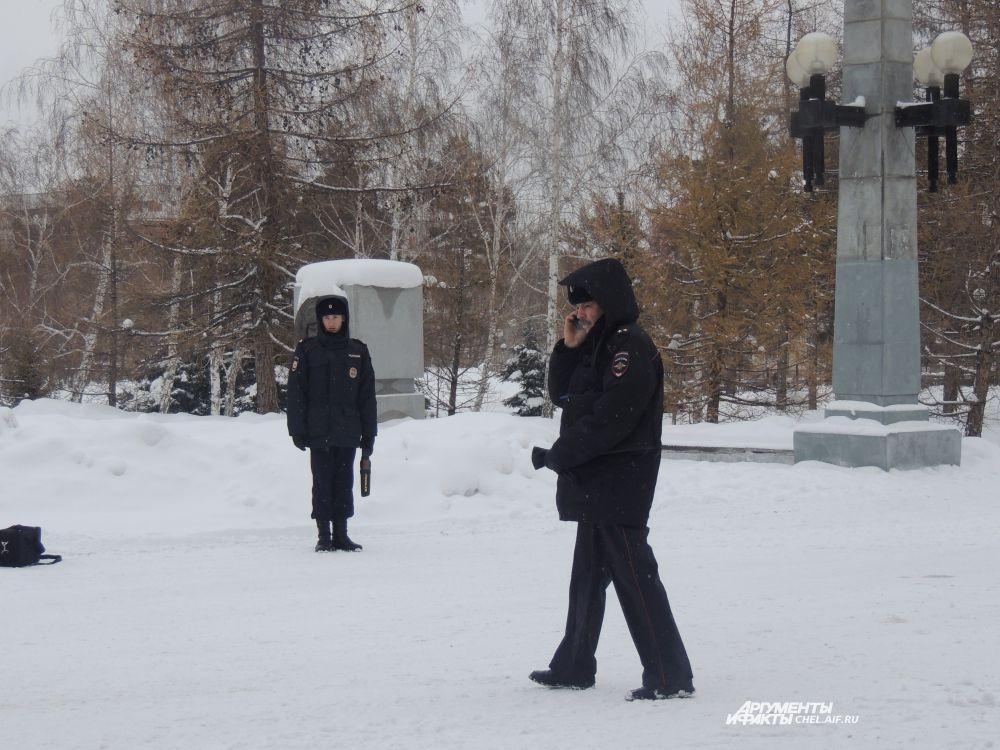 Полицейские несут службу в любую погоду.