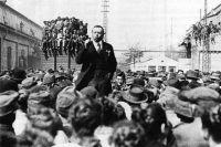 Бела Кун выступает перед трудящимися Чепельского завода в Будапеште, 1919 год.