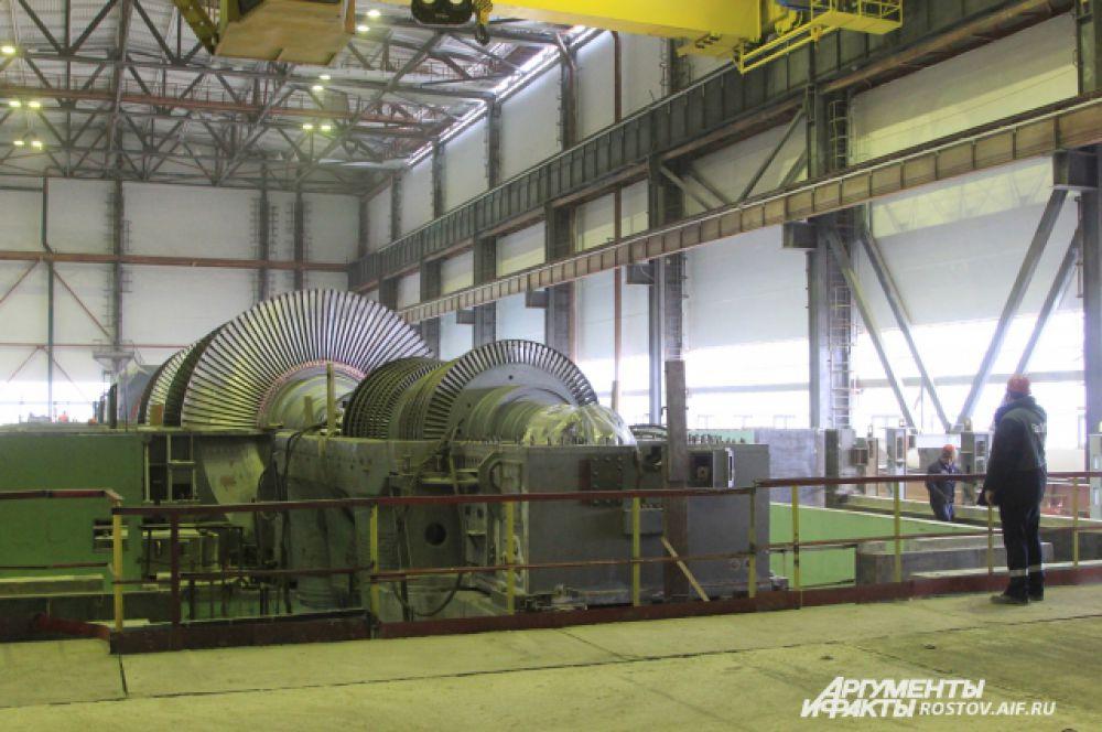 Работы в цеху, где находится реактор, ведутся неспешно и размеренно. Такое впечатление, что смотришь кино в замедленном действии. Механизмы и детали здесь крупного размера, многотонные.  Под потолком цеха - мостовой кран, он гораздо крупнее своего заводского собрата, передвигается по балкам медленно и еле заметно.