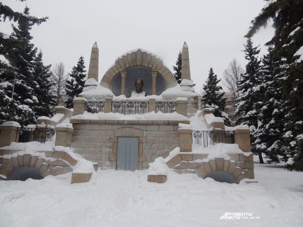 Памятники запорошены снегом.