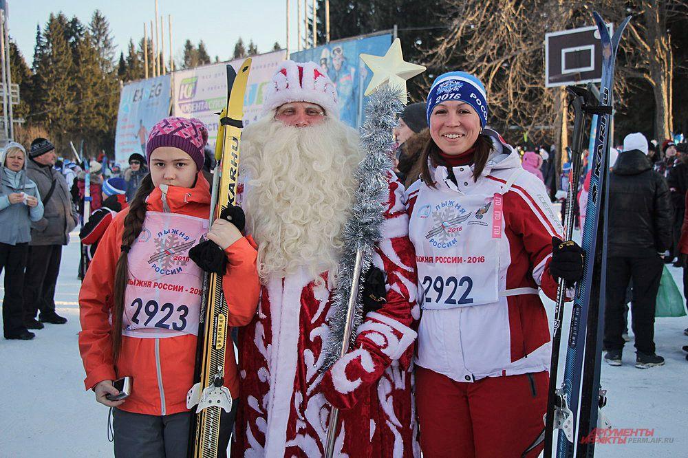 Дед Мороз не упустил возможности проверить свои силы и присоединился к массовому забегу.