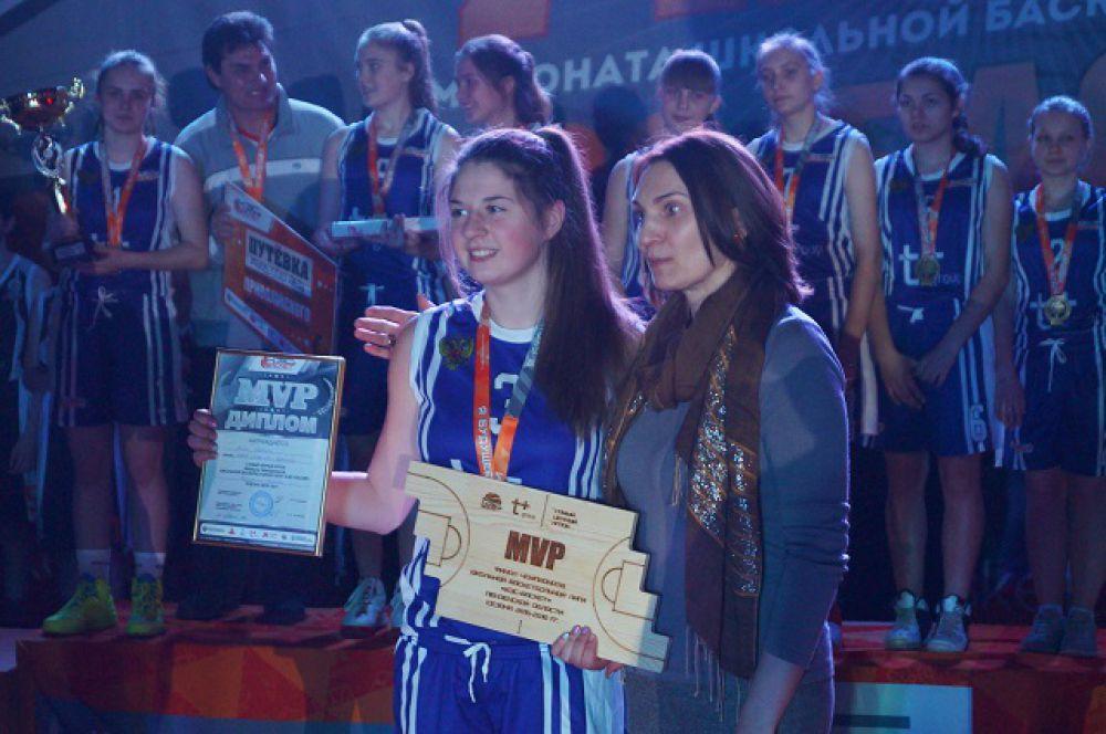 Самая результативная спортсменка получила приз от Светланы Антиповой.