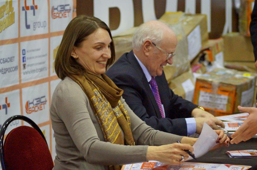 Олимпийские чемпионы Светлана Антипова и Евгений Гомельский на автограф-сессии.