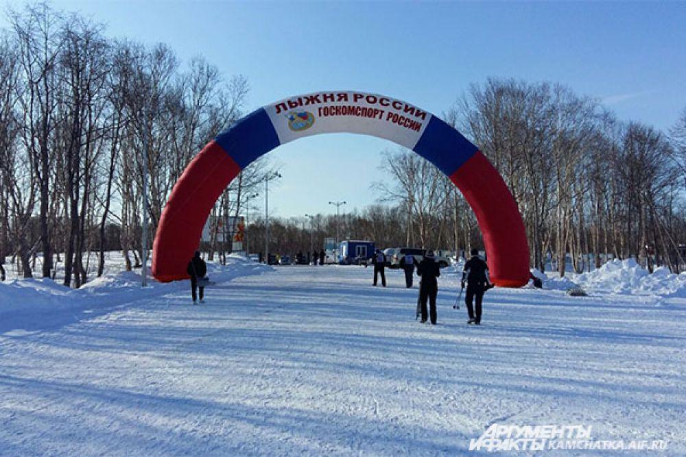 В этом году для участников «Лыжни России» подготовили три дистанции. Юноши и девушки 1998 года рождения и младше преодолели дистанцию в 5 км, мужчины и женщины 1997 года рождения и старше пробежали 10 км, а дети до 6 лет – 1 км.