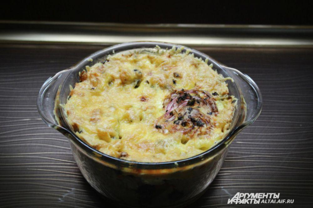 Засыпаем все тертым сыром и зеленью.  Ставим в духовку на 25-30 минут.