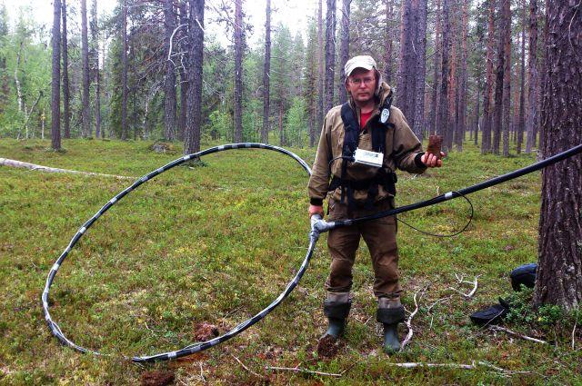 Алексей Виноградов на раскопках метеорита Muonionalusta с мощным металлодетектором.