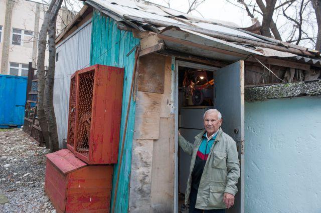Ветеран живет в бытовке при котельной, где работает.