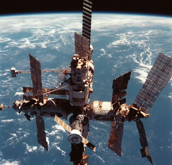 В конце 1990-х годов на станции начались многочисленные проблемы из-за постоянного выхода из строя различных приборов и систем. Через некоторое время правительство РФ, ссылаясь на дороговизну дальнейшей эксплуатации, несмотря на многочисленные существовавшие проекты спасения станции, приняло решение затопить «Мир».
