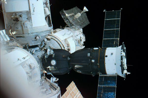 В рамках программы «Мир – Шаттл» было осуществлено семь кратковременных экспедиций посещения с помощью корабля «Атлантис», одна с помощью корабля «Индевор» и одна с помощью корабля «Дискавери», во время которых на станции побывали 44 астронавта.