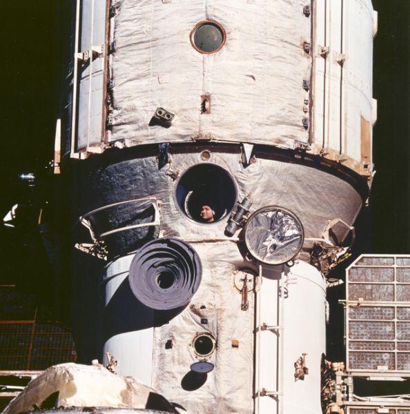 На станции был зафиксирован рекорд непрерывного пребывания человека в космосе — 437 суток 17 часов 59 минут, который установил космонавт Валерий Поляков в 1994 – 1995 году.