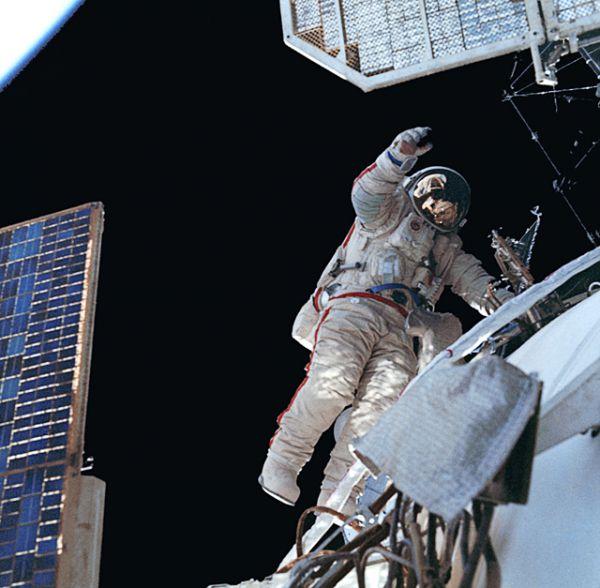 Космонавт Александр Волков во время выхода в открытый космос осуществляет технический эксперимент испытания сложной пространственной фермы в реальных космических условиях, 1988 год.