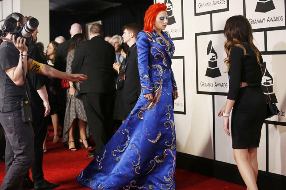Леди Гага прибыла на красную дорожку премии «Грэмми». Она сегодня исполнит посвящение недавно ушедшему из жизни музыканту Дэвиду Боуи.
