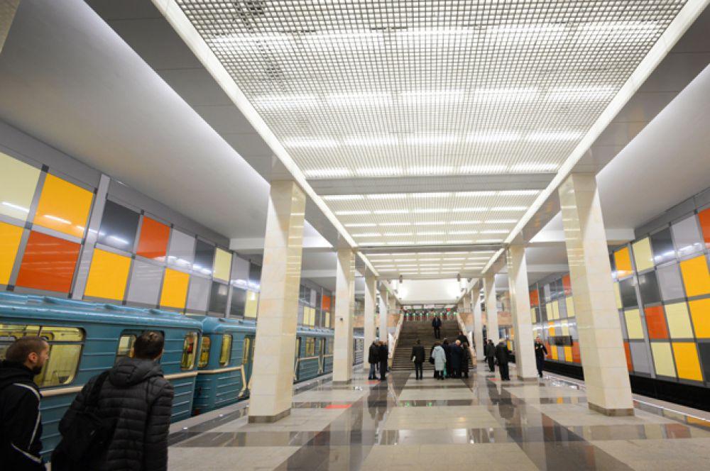 Отделка путевых стен, потолка и пола повторяет визуальные квадраты, образуемые колоннами и балками.